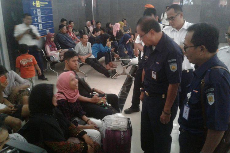 Direktur Utama (Dirut) PT KAI, Edi Sukmoro sedang berbincang dengan calon penumpang arus balik di sela meninjau persiapan arus balik di Stasiun Solo Balapan, Solo, Jawa Tengah, Minggu (24/6/2018).