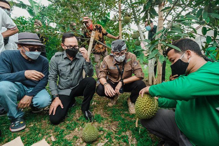 Menparekraf Sandiaga Uno dan Wali Kota Bogor Bima Arya Sugiarto dalam kunjungannya ke Desa Wisata Rancamaya di Kecamatan Bogor Selatan, Kota Bogor, Jawa Barat (dok. Kementerian Pariwisata dan Ekonomi Kreatif).
