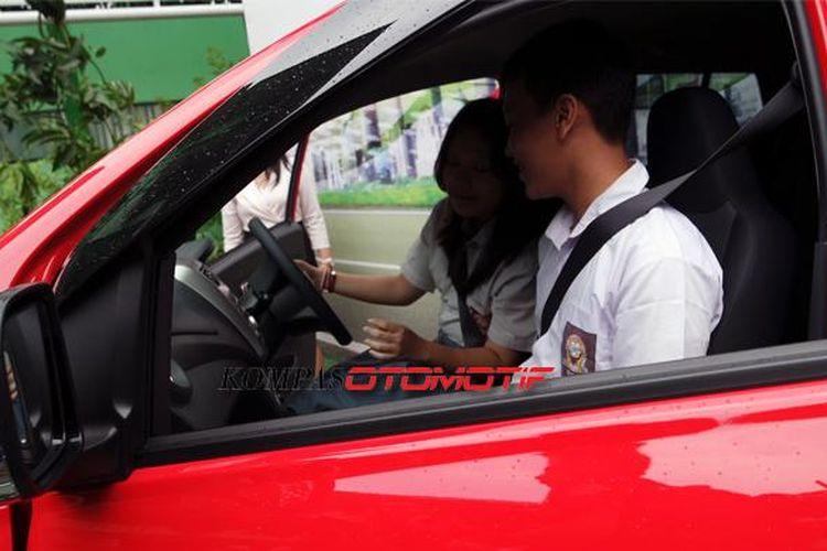 Siswa SMA sudah bisa mengemudikan mobil meski belum cukup peryaratan memiliki SIM.