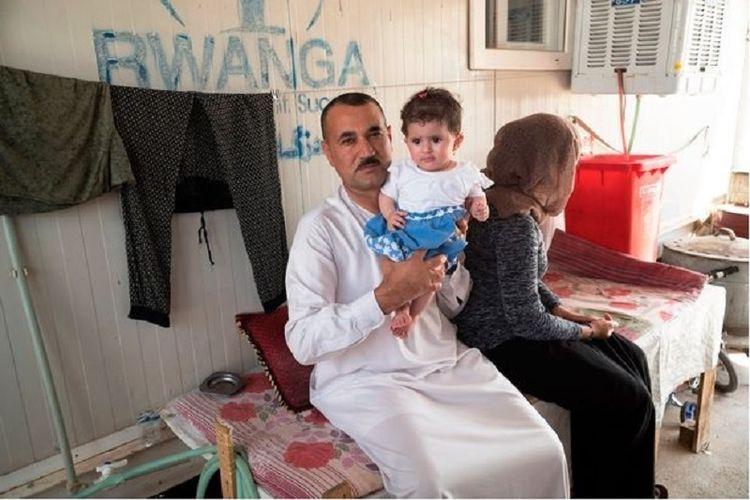 Huzni dan Jilan di kediaman mereka di sebuah kamp pengungsi di wilayah utara Irak. Jilan belum mau menunjukkan wajahnya, gambaran rasa trauma akibat siksaan fisik selama menjadi tawanan ISIS.