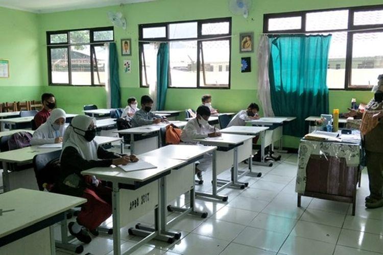 Simulasi sekolah belajar tatap muka di SMPN 02 Bekasi, Senin (3/8/2020).