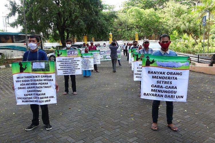 Puluhan warga Desa Guwosari, Kecamatan Pajangan, Kabupaten Bantul, Yogyakarta menggelar aksi di halaman rektorat Universitas Islam Negeri (UIN) Sunan Kalijaga dengan mengindahkan protokol kesehatan, Rabu (17/6/2020).