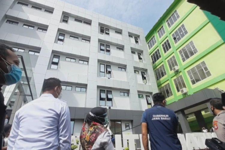 Gubernur Jawa Barat Ridwan Kamil, bercengkrama dengan para pasien Covid-19 di Gedung Isolasi Mitra Batik RSUD Soekardjo Kota Tasikmalaya, Rabu (21/1/2021).