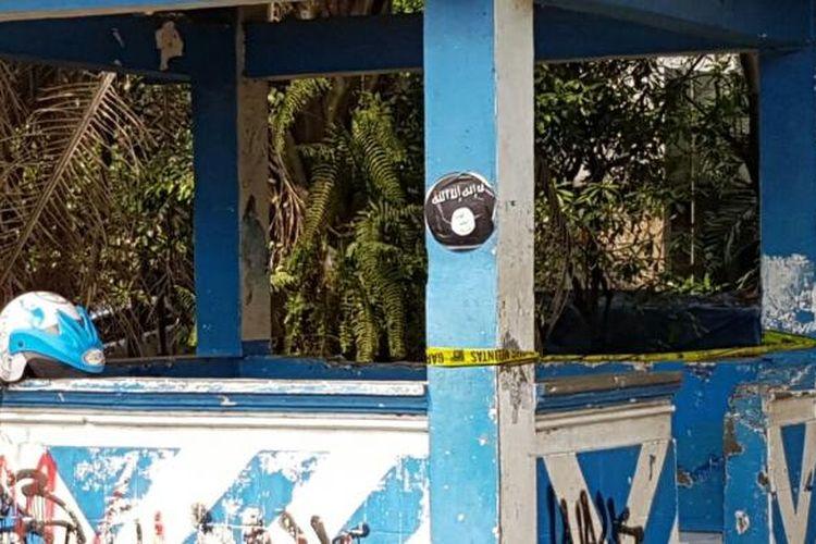 Stiker diduga lambang ISIS yang terdapat di pos polisi depan Kawasan Pendidikan Cikokol, Kota Tangerang, Kamis (20/10/2016). Beberapa polisi diduga diserang oleh orang tak dikenal di sekitar lokasi pada pagi ini.