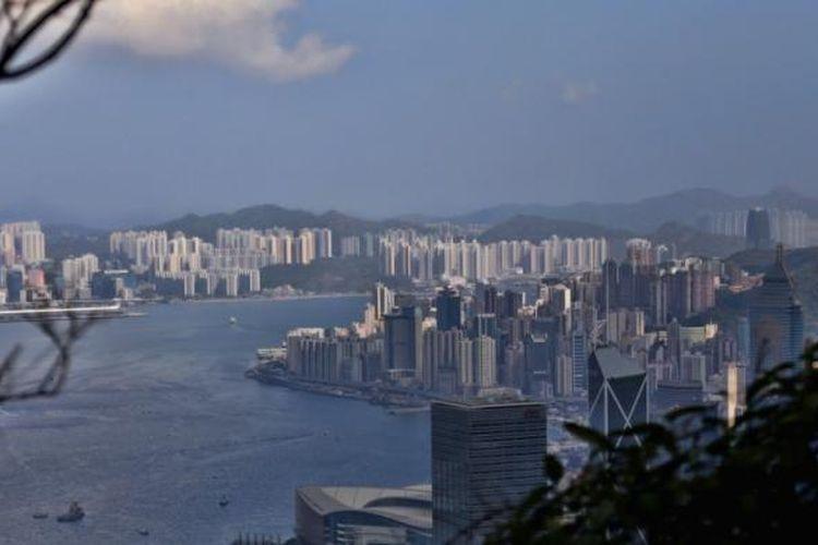 Pemandangan Kota Hongkong. Hongkong saat ini memiliki populasi sekitar tujuh juta penduduk dan bangunannya didominasi dengan rusun atau apartemen.