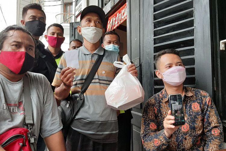 Manager restoran Pringsewu, Dani Ramadhan (kanan), jasa antar pesanan Muhamad Faisol (tengah) dan Katim Resmob Elang Utara Polsek Semarang Utara, Aiptu Agus Supriyanto (kiri) ditemui di Restoran Pringsewu Kotalama Semarang, Jumat (19/2/2021).