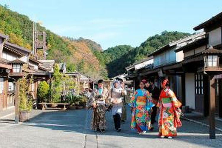 Tidak hanya berfoto di studio, pengunjung bisa juga berjalan-jalan di taman yang dirancang seperti kehidupan Jepang di masa Edo.