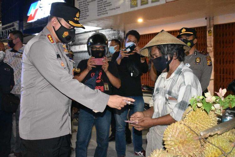 Kapolresta Pekanbaru Kombes Pol Nandang Mu'min Wijaya memborong semua durian yang dijual Pak Untung, di Jalan HR Soebrantas, Kota Pekanbaru, Riau, Jumat (23/7/2021) malam.