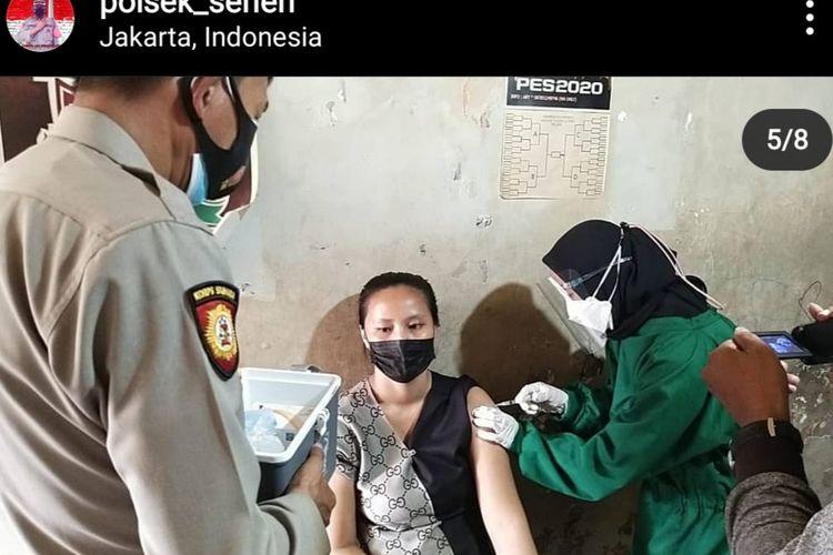 Polsek Senen berupaya mempercepat pelaksanaan vaksinasi Covid-19 dengan mendatangi langsung rumah-rumah warga di kawasan padat penduduk Kwitang, Jumat (9/7/2021).