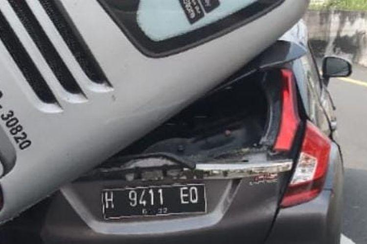 Kecelakaan antara bus dan mobil honda jazz di tol krapyak semarang, Kamis (10/6/2021).