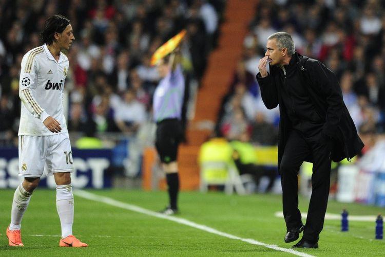 Jose Mourinho (kanan) memberikan instruksi kepada Mesut Oezil saat Real Madrid melawan Bayern Muenchen pada partai semifinal Liga Champions di Stadion Santiago Bernabeu, 25 April 2012.