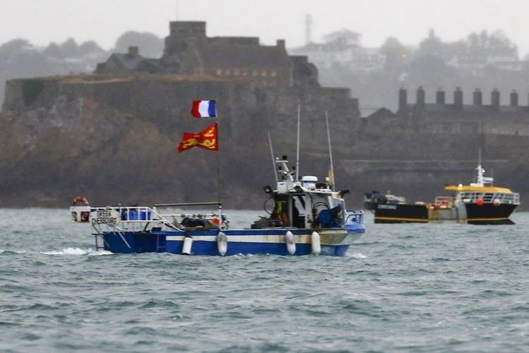 Kapal-kapal nelayan Perancis melakukan protes di depan pelabuhan Saint Helier terkait restriksi penangkapan ikan di perairan Inggris pasca Brexit, Kamis (6/5/2021).