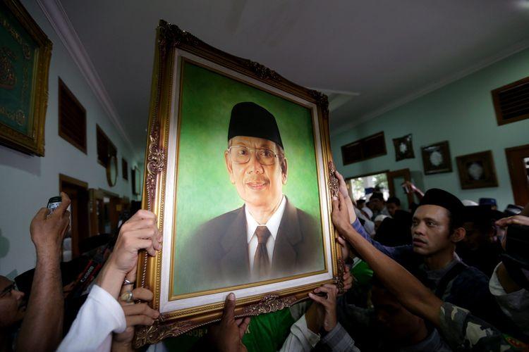 Jenazah almarhum KH Hasyim Muzadi tiba di rumah duka di komplek Pondok Pesantren Al Hikam II, Depok, Jawa Barat, Kamis (16/3/2017). KH Hasyim Muzadi  meninggal karena sakit dan dikebumikan di komplek Pondok Pesantren Al Hikam II Depok. KOMPAS IMAGES/KRISTIANTO PURNOMO