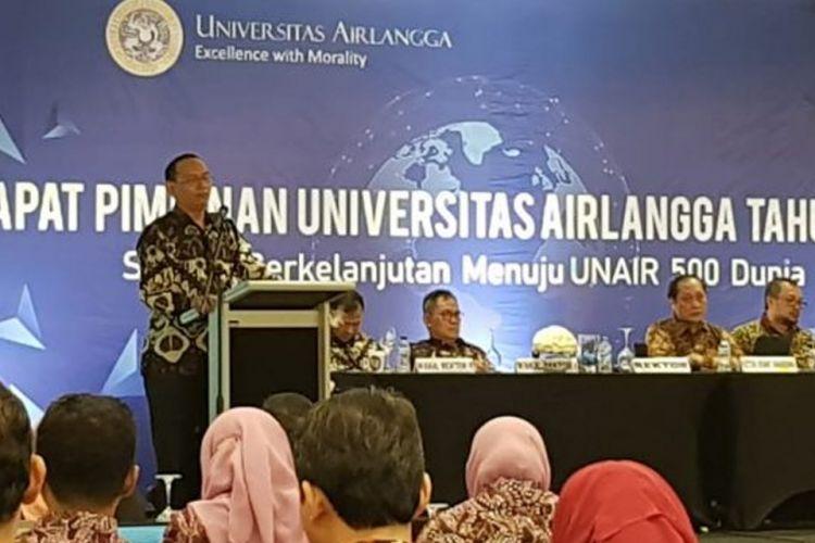 Rektor UNAIR Prof. Nasih saat membuka dan memberikan arahan pada Rapat Pimpinan Unair 2019 di Bali (17/1/2019).