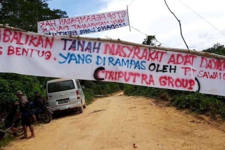 Masyarakat adat Dayak Modang Long Wai, Kutai Timur, Kalimantan Timur, memportal jalan desa dari aktivitas penyaluran sawit.