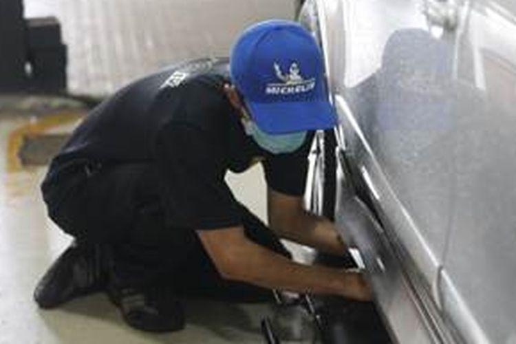 Tim Michelin Indonesia memeriksa tekanan angin dan kedalaman kembangan ban untuk menentukan umur layak pakai ban.