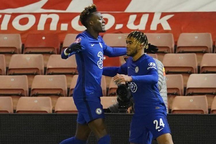 Tammy Abraham dan Reece James merayakan gol mereka dalam laga Barnsley vs Chelsea pada gelaran PIala FA, Jumat (12/2/2021) dini hari WIB.