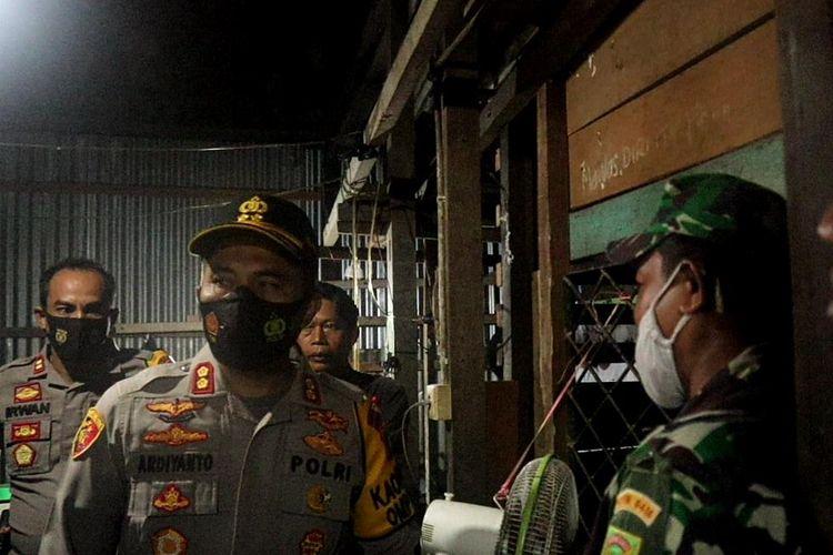 Kapolres Muaro Jambi AKBP Ardiyanto langsung memantau lokasi pembunuhan ibu kandung oleh anak sendiri, pada Kamis (10/12/2020). Dokumen Polres Muaro Jambi.