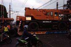 Truk Pengangkut Alat Berat Mogok di Atas Rel Kereta antara Stasiun Tanah Tinggi-Tangerang