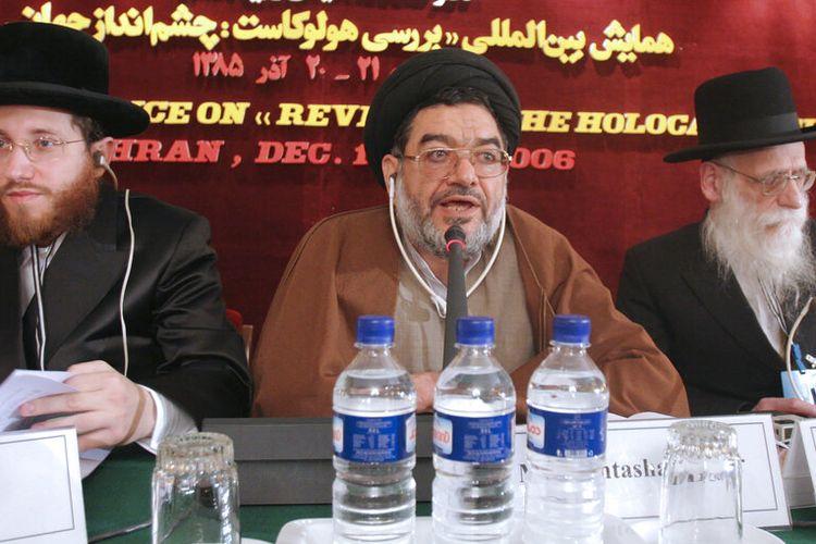 Dalam file foto 11 Desember 2006 ini, Ali Akbar Mohtashamipour (tengah), berbicara selama konferensi tentang Holocaust dengan Rabi Moishe Arye Friedman, kiri, dari Austria, dan Rabi Ahron Cohen, kanan, dari Inggris, di Teheran, Iran.