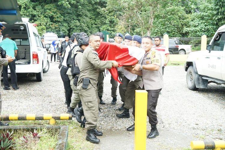 Jenazah Bripka Desri Sahroni (40) yang tewas digigit ular derik hendak dibawa ke Bandara Moses Kilangin, Kabupaten Mimika, Papua (29/07/2019)