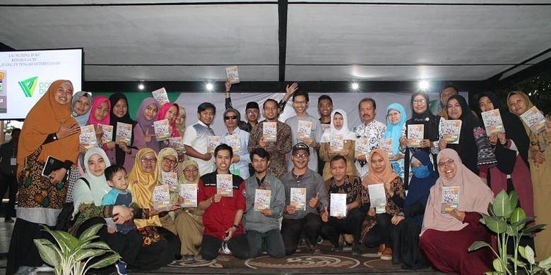 Dompet Dhuafa luncurkan buku berjudul Refleksi Guru: Nyala Juang di Tengah Keterbatasan bertempat di Microlibrary Taman Bima Bandung, Minggu (25/11/2019)