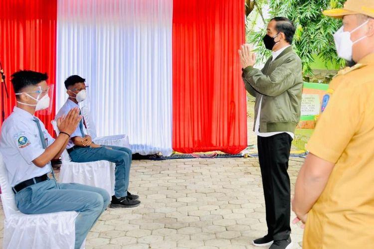 Presiden Jokowi meninjau langsung vaksinasi pelajar di Kabupaten Wajo, Kamis (9/9/2021)