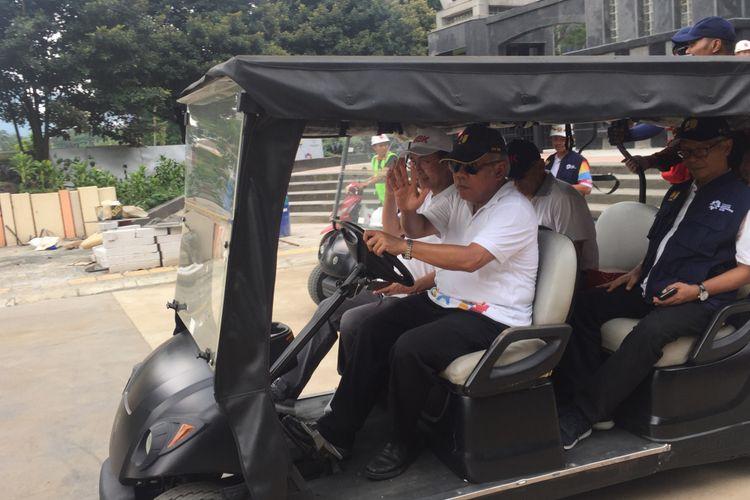 Dengan menggunanakan golf car, Menteri PUPR Basuki Hadimuljono cek kesiapan penataan Kompleks GBK.