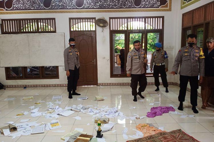 Pihak kepolisian sedang melakukan penyelidikan di surau yang diacak-acak OTK. dokumen Humas Polres Padang Pariaman