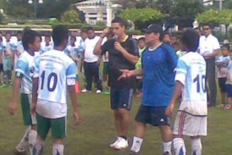 Maradona beri arahan peserta Coaching Clinic di Surabaya.