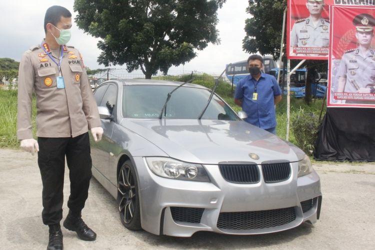 Mobil BMW yang terparkir lebih dari setahun di Bandara Soekarno-Hatta dibawa ke Polres Bandara Soekarno-Hatta, Jumat (24/4/2020)