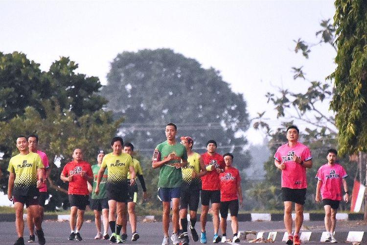 Para pelari JB Playon, klub lari alumni Kolese de Britto Yogyakarta, saat lari untuk LG4C pada  Desember 2020.