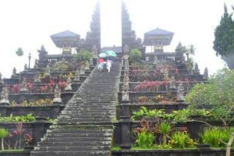 Tangga masuk ke Pura Besakih di Karangasem, Bali.