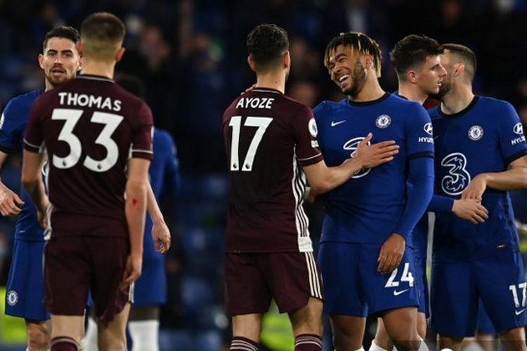 Para pemain dari kedua kesebelasan saling bersalaman selepas laga pekan ke-37 Liga Inggris 2020-2021, Chelsea vs Leicester City, yang digelar di Stadion Stamford Bridge, 18 Mei 2021.