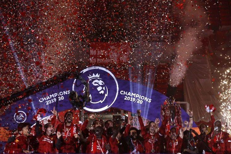 Selebrasi skuad Liverpool ketika mengangkat trofi juara Premier League, kasta teratas Liga Inggris, musim 2019-2020 di Stadion Anfield, Rabu 22 Juli 2020.