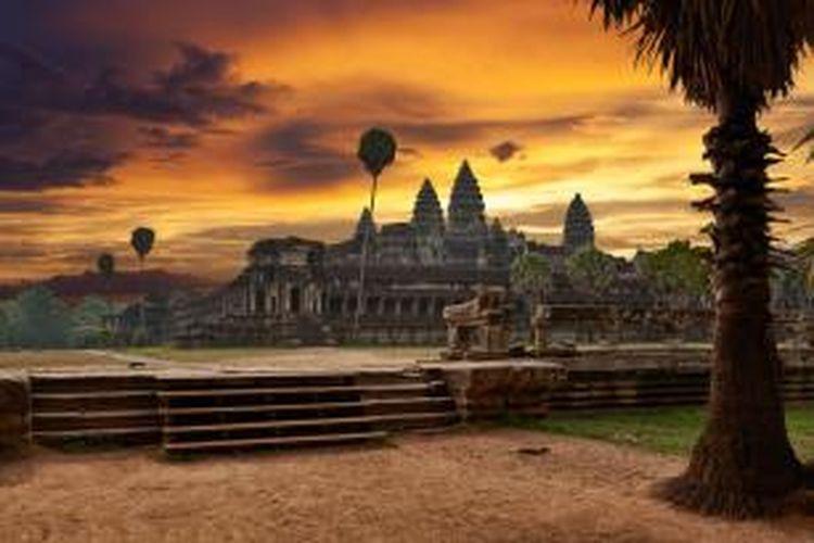 Pemandangan Candi Angkor Wat, Kamboja, saat matahari terbenam.