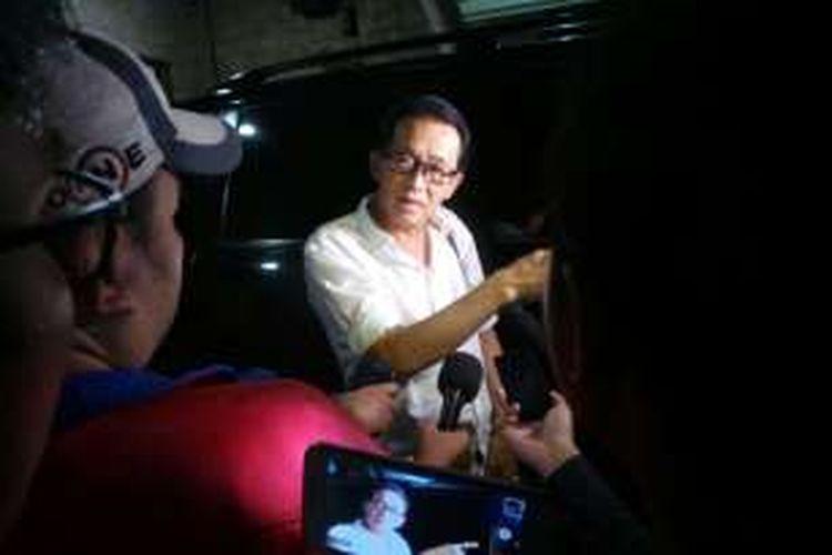 Edi Darmawan Salihin, ayah Wayan Mirna Salihin saat diwawancarai di rumahnya di Sunter, Jakarta Utara. Rabu (3/2/2016)