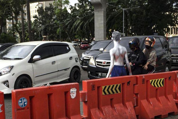Manusia silver yang ada dipersimpangan jalan POM VIIII, simpang DPRD Sumatera Selatan Palembang, Jumat (11/9/2020).