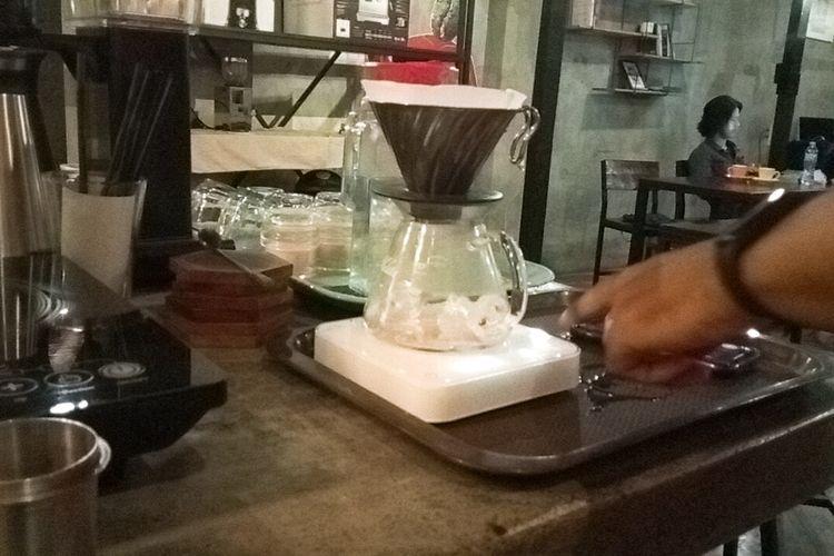 Cara membuat es kopi single origin Bali Kintamani Arca Ulian menggunakan metode seduh V60 di Malbourne Coffee Co, Kota Malang, (8/1/2021).