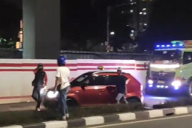 Sebuah mobil Suzuki Ignis berpelat B 2792 BID mengalami kecelakaan di Jalan Rasuna Said, Setiabudi, Jakarta Selatan, Minggu (24/5/2021) malam.