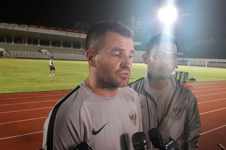 Pelatih tim nasional Indonesia, Simon McMenemy usai sesi latihan di Stadion Madya, Kompleks GBK, Jakarta, Kamis (21/3/2019) petang.