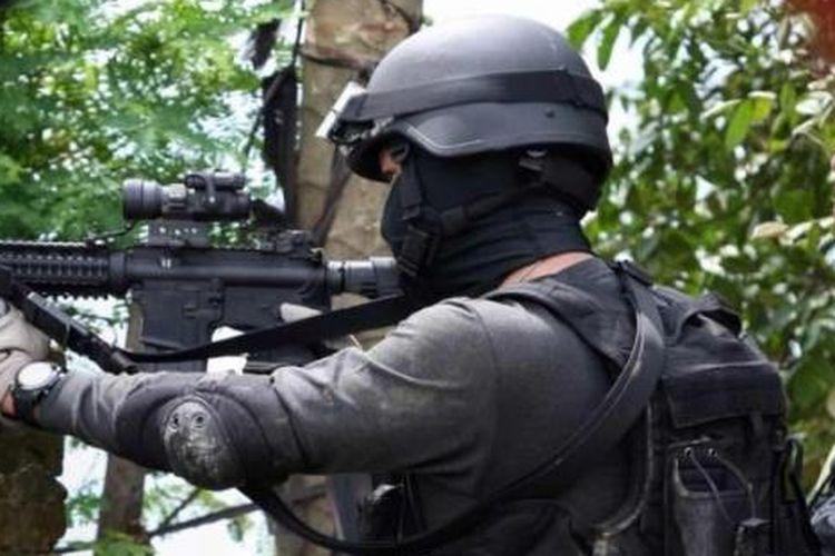 Ilustrasi Densus 88: Densus 88 mengepung teroris di sebuah rumah di Kampung Batu Rengat, Desa Cigondewah Hilir Kecamatan Margaasih, Kabupaten Bandung, Jabar, Rabu (8/5/2013).