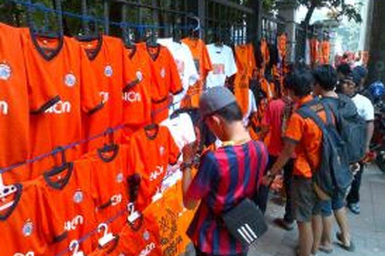 Sejumlah PKL musiman menjual atribut klub Persija di depan Gelora Bung Karno, Senayan, Jakarta Selatan.