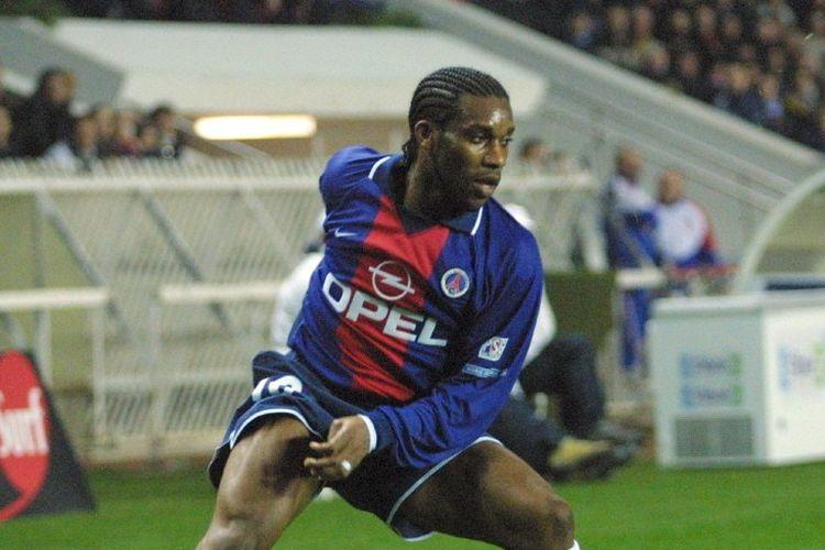 Augustine Jay-Jay Okocha beraksi dalam laga PSG vs Troyes yang dilangsungkan di Stadion Parc des Princes, Paris, pada tanggal 21 Desember 2000. (Foto oleh JACQUES DEMARTHON/AFP)