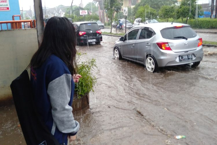 Kondisi jalan raya Keranggan yang terendam banjir, Sabtu (21/11/2020)