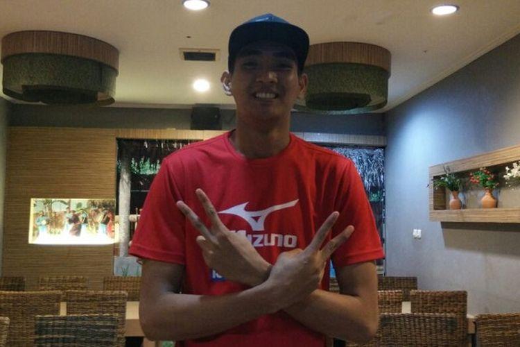 Pemain tim bola voli putra Surabaya Bhayangkara Samator, Rivan Nurmulki berpose di Restoran Bumbu Desa, Palembang, Minggu (5/2/2017).