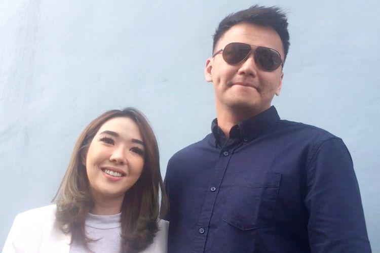 Artis peran Gisella Anastasia bersama kekasihnya, Wijaya Saputra saat diabadikan di kawasan Kapten Tendean, Jakarta Selatan, Selasa (4/6/2019).