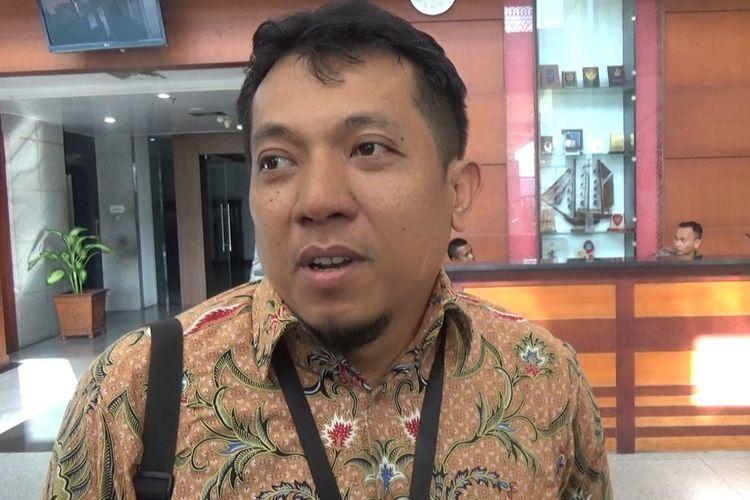 Ketua Koordinator Pemeriksa KPK, Nexio Helmus saat memberikan keterangan kepada waratwan di lobi Kantor Gubernur Maluku, Selasa (14/5/2019)