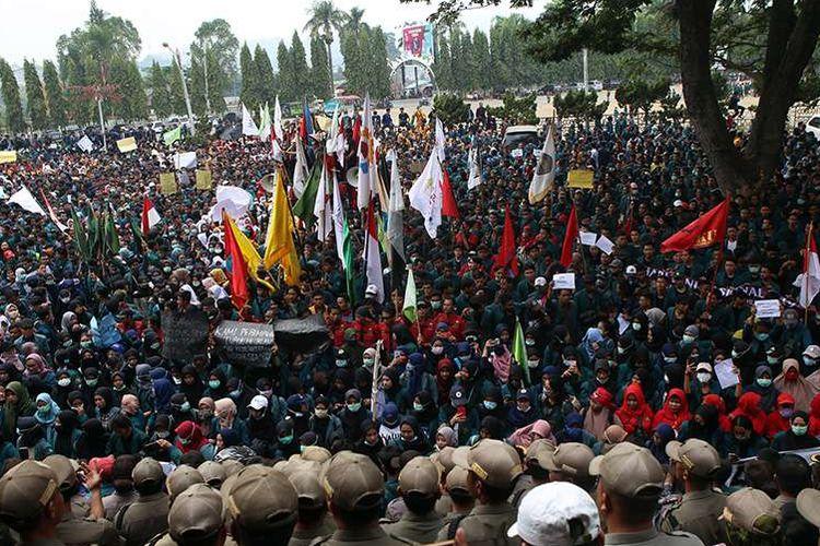 Massa mahasiswa Lampung berunjuk rasa di depan kantor DPRD Provinsi Lampung, Selasa (24/9/2019). Ribuan mahasiswa yang berasal dari kampus di Lampung turun ke jalan berdemonstrasi menolak UU KPK dan pengesahan RUU KUHP.