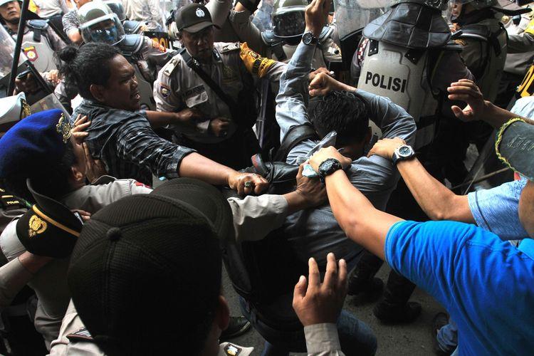 Seorang mahasiswa diduga mengalami kekerasan dalam aksi demo penolakan RUU yang berlangsung di Jalan Pom IX kawasan DPRD Sumatera Selatan, Selasa (25/09/2019).